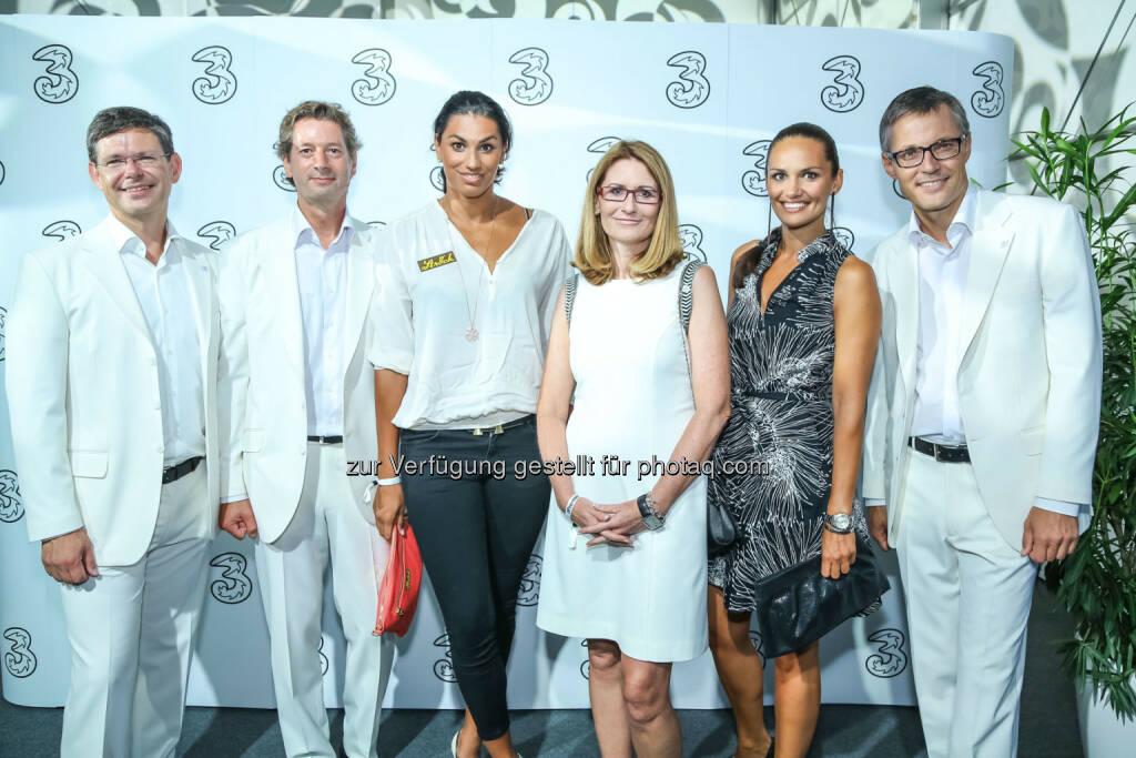 Schwimmerin Fabienne Nadarajah und Ex-Miss Austria Carmen Stamboli mit 3 Geschäftsführung, © 3 (20.08.2013)