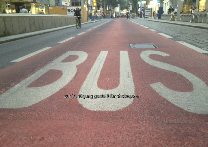 ... aufgrund der vielen anarchistischen Schreckensberichte hab ich mich laufend auf die Mariahilferstrasse gewagt  ...(unterwegs auf der Busspur in der Begnungszone ohne Begegnung auf der Mariahilferstrasse)
