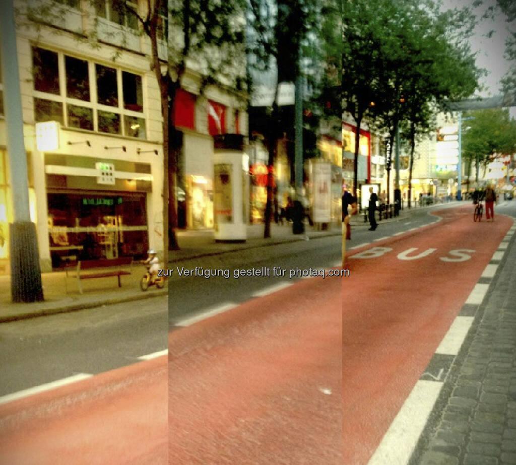 ... niemand da. Aber meine Google Brille ist plötzlich in den Predator-Modus umgesprungen ...  (unterwegs auf der Busspur in der Begnungszone ohne Begegnung auf der Mariahilferstrasse) (20.08.2013)