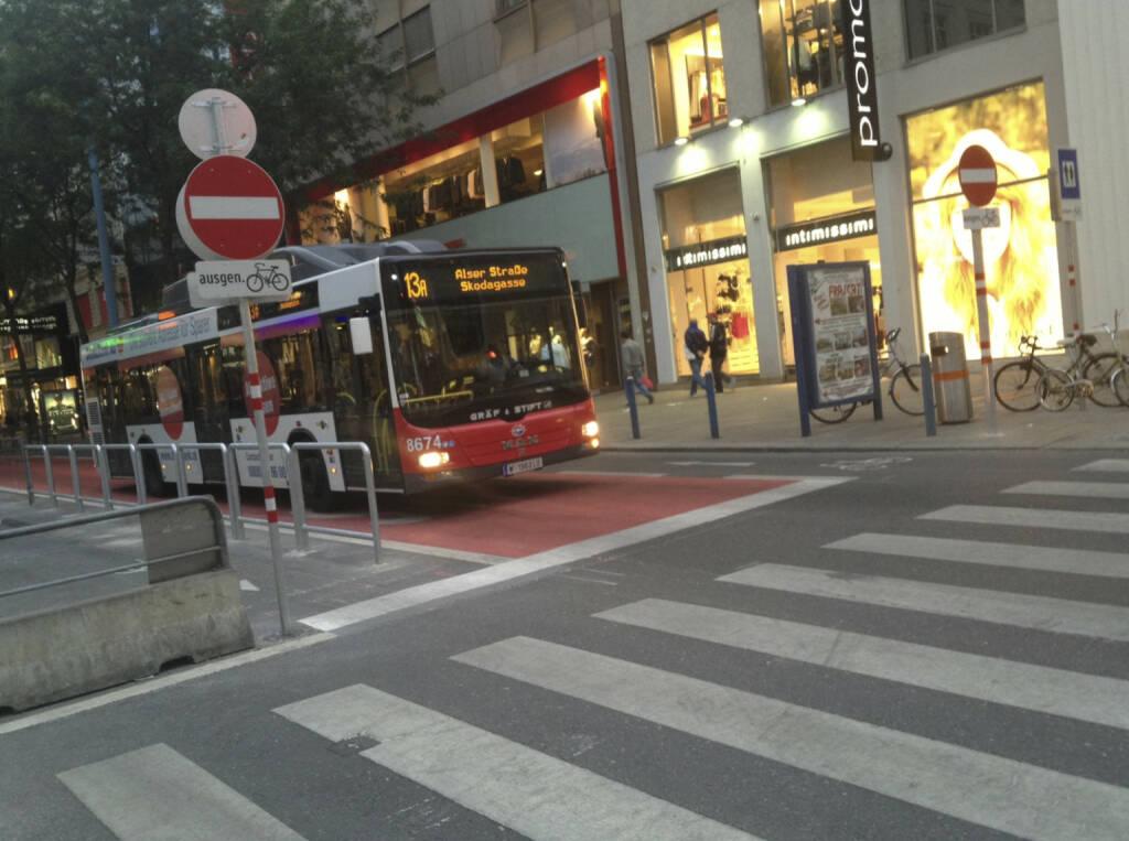 ... war nur der 13a, die aktuell vielleicht berühmteste Linie Österreichs (unterwegs auf der Busspur in der Begnungszone ohne Begegnung auf der Mariahilferstrasse) (20.08.2013)