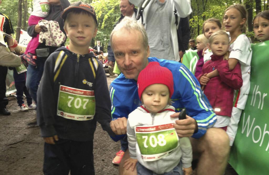 Bilder Wienerwaldlauf 2013: Mit den Kids (2 bzw. 5 Jahre) vor deren 500m-Lauf. Unter all jenen, die nicht von den Eltern getragen wurden, waren die beiden suprig unterwegs. Mir sind die beiden auch schon zu schwer ... (25.08.2013)