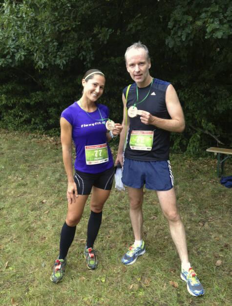 Bilder Wienerwaldlauf 2013: Monika Kalbacher, Christian Drastil: Ich kannte sie vorher nicht, hab mich aber bei ihr angehängt, dachte mir: Heast, ist die schnell. Sie gewann überlegen bei den Frauen und wurde 11. gesamt, ich wurde 13. gesamt. Dann im Rahmen des Fotos erfahren: Monika war die zweitschnellste Österreicherin beim Vienna City Marathon 2013, läuft die 5km in 19:14 (ungefähr das ist auch mein Ziel für den Vienna Nightrun 2013). Mehr zu Monika unter http://www.maxfun.at/ausdauersportmagazin/laufsport_marathon_bericht.php?Ke=23951 (25.08.2013)