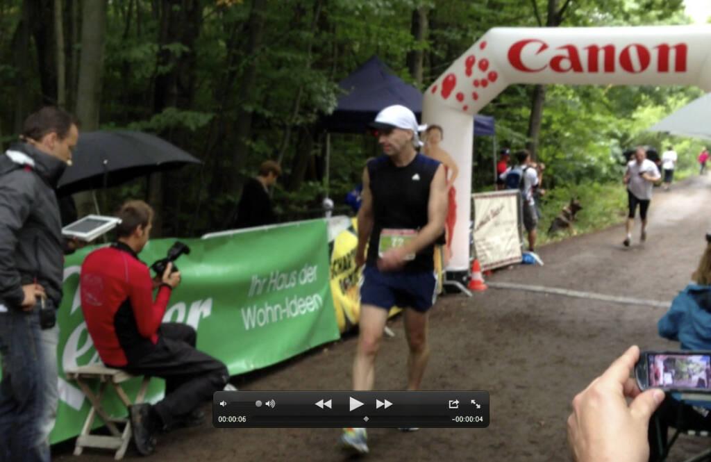 Bilder Wienerwaldlauf 2013: Christian Drastil im Ziel, 44:08 mit Wespenstich (25.08.2013)