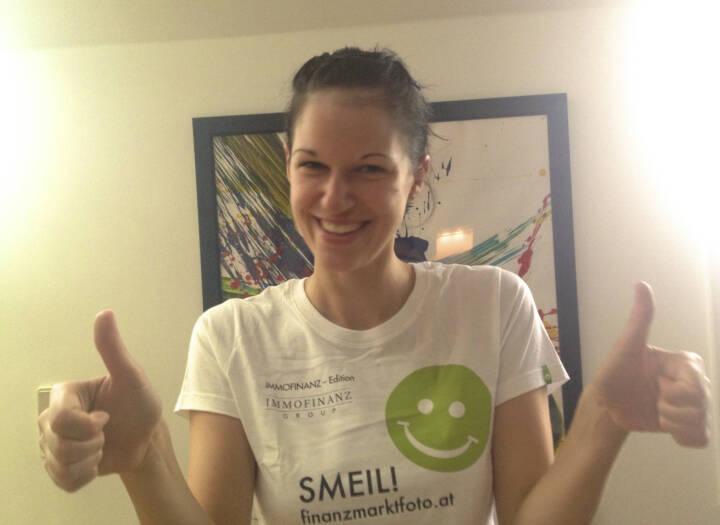 Daumen hoch Smeil! - Katharina Schragl (Shirt natürlich in der Immofinanz-Edition)