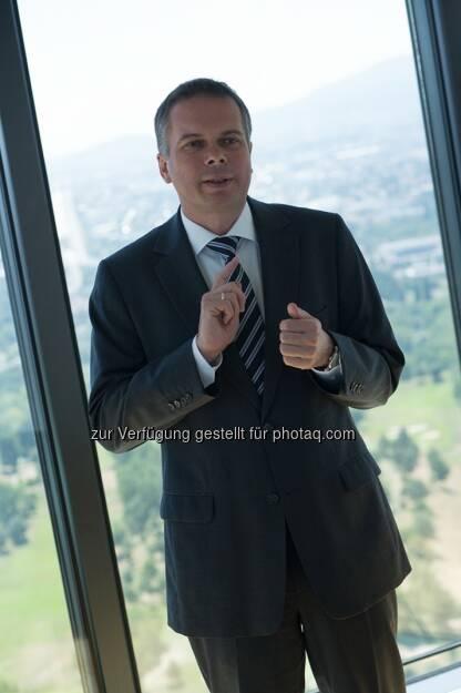 Wolfgang Idl, Director Retail der Immofinanz Group, spricht im Blog-Interview über herausfordernde und einfachere Märkte, warum bei der Kundenbindung u.a. auf den King of Rock'n Roll und Facebook gesetzt wird und welche Bedeutung der Online-Handel für das klassische Shopping Center Konzept hat. http://blog.immofinanz.com/de/2013/08/28/immofinanz-retail-haben-uns-in-den-europa-cup-katapultiert/ (28.08.2013)