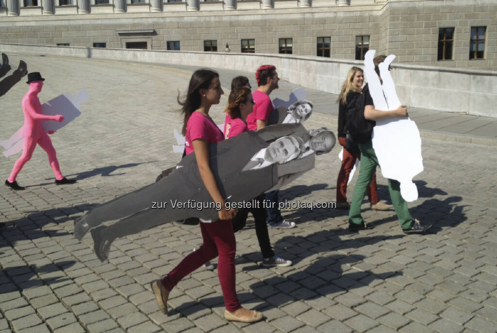 Neos tragen Werner Faymann & Co, Spaziergang (29.08.2013)