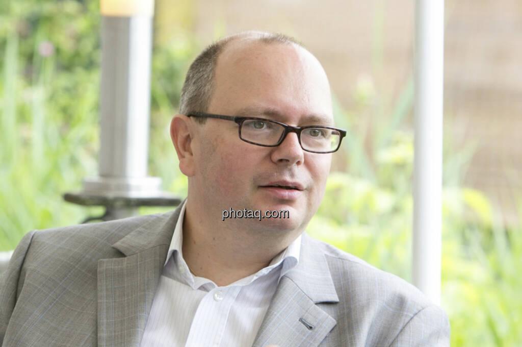 Roland Meier verstärkt seit 1. September 2013 die Geschäftsführung des österreichischen Index-Providers iQ-Foxx. Der 45-jährige Jurist übernimmt damit gemeinsam mit Unternehmensgründer Miro Mitev, der auch federführend für die Entwicklung der iQ-Foxx-Indexfamilie verantwortlich zeichnet, die zentralen Leitungsfunktionen des weltweit agierenden Finanzmarkt-Spezialisten. Meier, der auch 11% der Geschäftsanteile an iQ-FOXX übernimmt, leitet ab sofort die Bereiche Business Development und Vertrieb (c) Martina Draper für finanzmarktfoto.at, mehr Bilder aus diesem Set unter http://finanzmarktfoto.at/page/index/627 , siehe auch das Interview mit Meier und Mitev unter http://www.christian-drastil.com/fachheft12 (Seite 7) (02.09.2013)