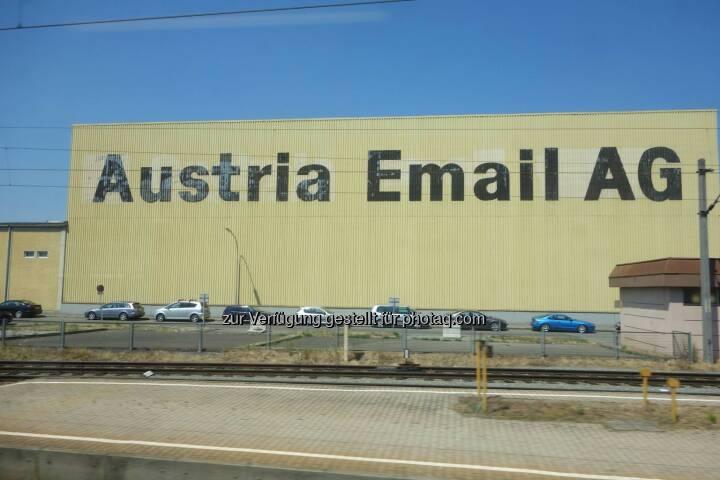 Austria Email AG: ... als ich mit dem Zug von Wien nach Pörtschach fuhr, habe ich dieses Foto gemacht. Aus heutiger Sicht frage man sich zurecht, was fertigt diese AG?