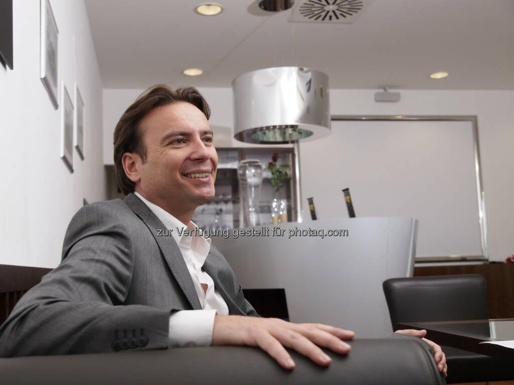 Interwetten-Group-CEO Werner Becher berichtet von mehr als €300 Millionen Wettumsatz und einer Erlössteigerung von 9% in den ersten sechs Monaten des Jahres 2013, von €17,9 Millionen im Vorjahr auf heuer €19,7 Millionen. Unter Berücksichtigung zahlreicher negativer externer Faktoren in den Kernmärkten von Interwetten, wie der Einführung einer 5%igen Steuer auf den Sportwettumsatz in Deutschland, dem regulatorisch erzwungenen Stopp des Angebots von Slot- Casinospielen in Spanien, dem Marktaustritt in Griechenland und dem Fehlen eines sportlichen Großevents wie der Euro 2012, unterstreicht dieses Ergebnis die sehr starke Performance von Interwetten, ganz speziell im Vergleich zu den Mitbewerbern in Kontinentaleuropa (c) Interwetten (06.09.2013)