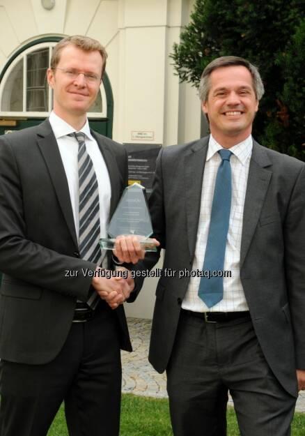 """Christian Bauer, Immofinanz, mit dem """"Excellence in Real Estate Award"""" ausgezeichnet. BidL Christian Bauer, (Immofinanz Group); Wolfgang Scheibenpflug (immQu - Verein zur Förderung der Qualität in der Immobilienwirtschaft) -  mehr unter http://blog.immofinanz.com/de/2013/09/09/immofinanz-christian-bauer-mit-excellence-in-real-estate-award-ausgezeichnet/ Credits: Donau-Universität Krems/ A. Reischer (09.09.2013)"""