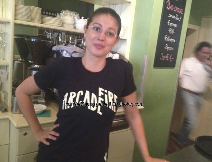 Naomi Fiby, Ex-Sal. Oppenheim, jetzt http://www.dasheinz.at im Shirt der genialen Band Arcade Fire