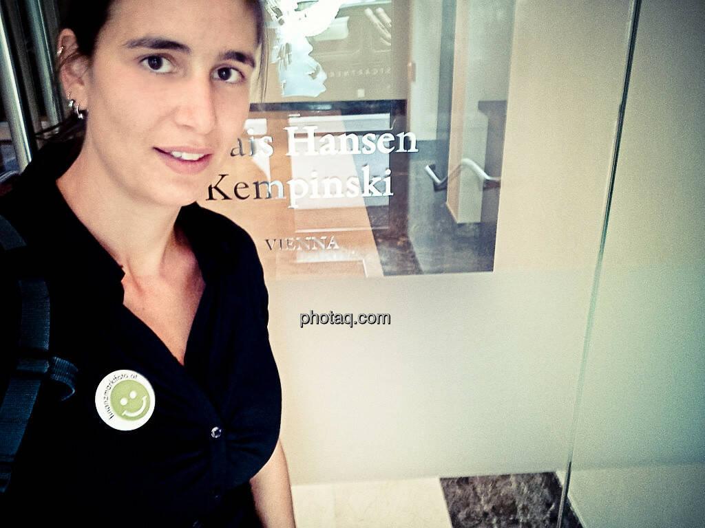 Mit Smeil Badge: Michi Mejta für finanzmarktfoto.at beim 1. Österreichischen Fondsforum, © finanzmarktfoto.at/Michaela Mejta (12.09.2013)