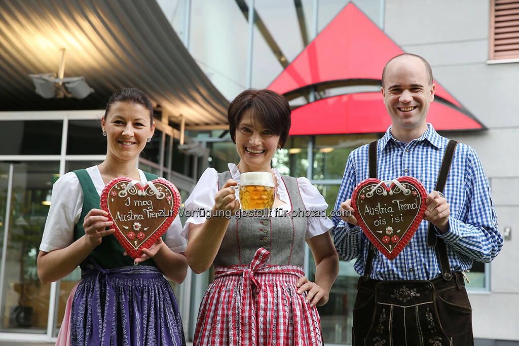 Hoteldirektorin Irmgard Kuhner-Beichtbuchner (Austria Trend Hotel Messe Wien) freut sich mit Team auf die Wiener Wies'n (19. September bis 6. Oktober 2013) (Foto: Jürg Christandl) (16.09.2013)