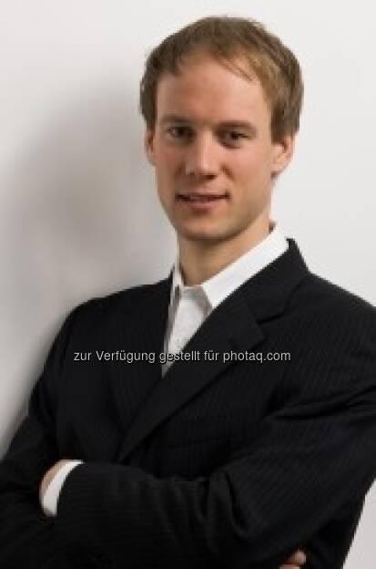 Mit Conrad Götzel (30) hat die Traditionsmarke Holmenkol seit Anfang September einen neuen Vertriebsleiter für die Region Deutschland, Österreich und Schweiz (D-A-CH). Der gebürtige Vogtländer, der dem Skileistungssport seit Jugendtagen verbunden ist, gilt als Vertriebsprofi und als ausgewiesener Nordic-Produktspezialist mit besten Branchenkontakten (c) Aussendung (17.09.2013)