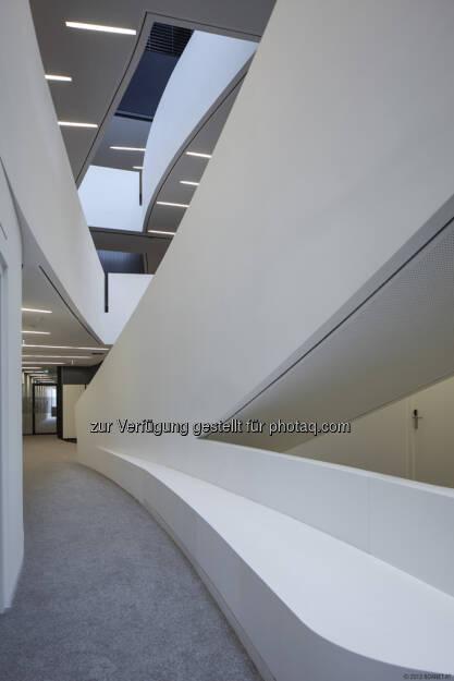 Zumtobel beleuchtet den neuen WU-Campus in Wien: Für angenehm gleichmäßige Beleuchtung im Department D2 sorgt die Lichtlinie Slotlight II. (Photo Credits: boanet.at)  (20.09.2013)