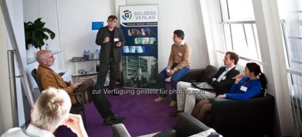 Station 8 - Elmar Weixlbaumer vom Goldegg Verlag spricht über das Buch 2025 - So arbeiten wir in Zukunft von Sven Janszky/Lothar Abicht, © M.O.O.CON (20.09.2013)